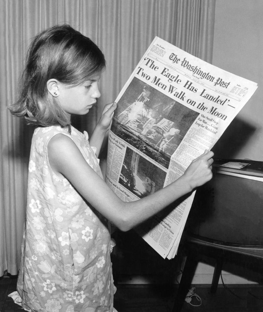 Gazete Okuyan Kız